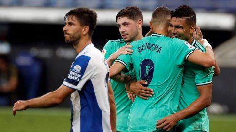 Casemiro celebra con Benzema y Valverde su gol al Espanyol. (EFE)