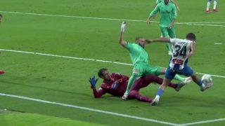 Benzema reclamó penalti de Diego López.