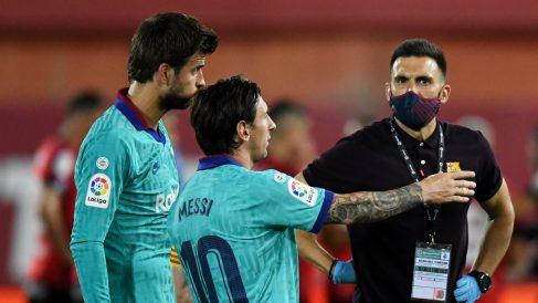 Eder Sarabia, junto a Messi y Piqué. (Getty)