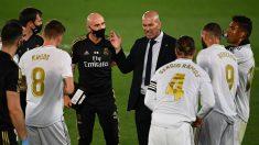 Zidane da órdenes a sus jugadores. (AFP)