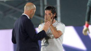 Zinedine Zidane charla con Isco durante la pausa de hidratación. (EFE)