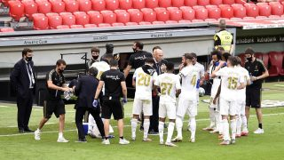 Zidane da instrucciones a sus jugadores durante una pausa de hidratación. (Getty)