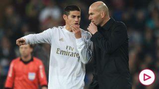 James Rodríguez conversa con Zinedine Zidane en su último partido de blanco. (Getty)