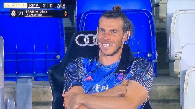 Bale, riéndose tras el cambio.