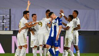 Los jugadores del Real Madrid celebran uno de los goles ante el Alavés (AFP).
