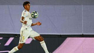 Varane, durante el encuentro entre el Real Madrid y el Alavés. (AFP)