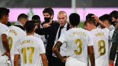 Zidane da instrucciones a sus jugadores durante una pausa de hidratación. (AFP)