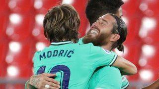 Sergio Ramos y Modric celebran la victoria en Granada. (EFE)