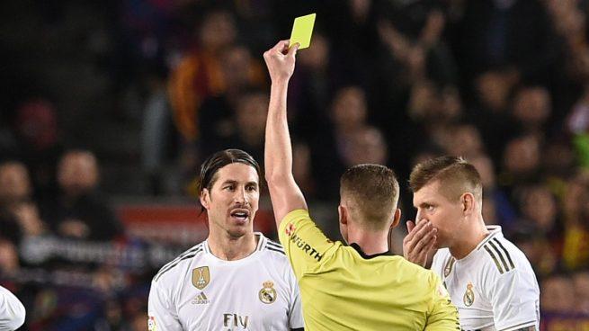 Sergio Ramos, amonestado por Hernández Hernández en un partido de Liga (AFP).