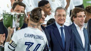 Florentino Pérez, mirando a Ramos coger el título.