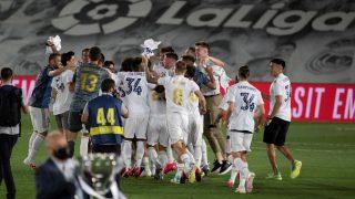 Los jugadores del Real Madrid celebran el título tras el partido ante el Villarreal. (EFE)