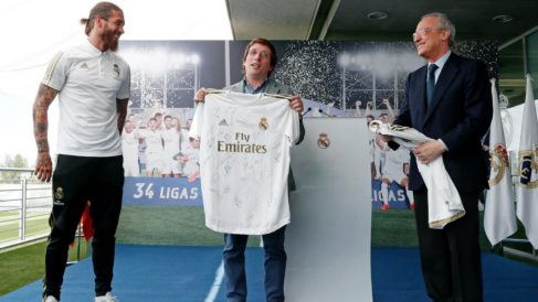 Almeida posa con la camiseta del Real Madrid. (Twitter)