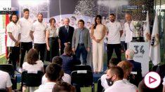 Foto de familia con los capitanes, Florentino Pérez, Zidane, Almeida, Ayuso y Begoña Villacís.