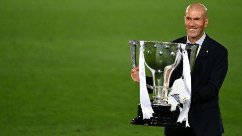 Zidane posa con la Liga 34 del Real Madrid. (AFP)