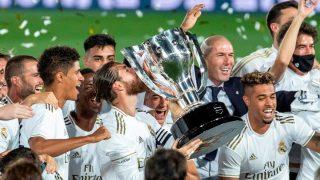 Sergio Ramos levanta el trofeo de campeón de Liga Santander. (EFE)
