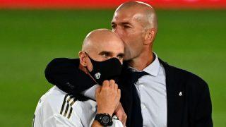 Zidane besa a Bettoni tras ganar la Liga. (AFP)