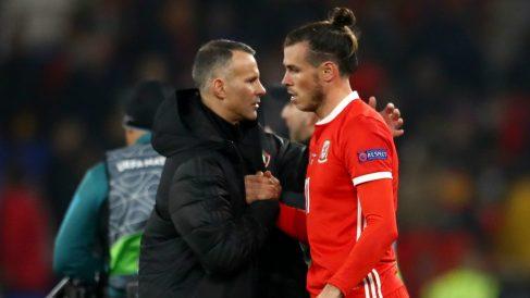 Ryan Giggs y Gareth Bale chocan sus manos tras un partido de Gales. (Getty)