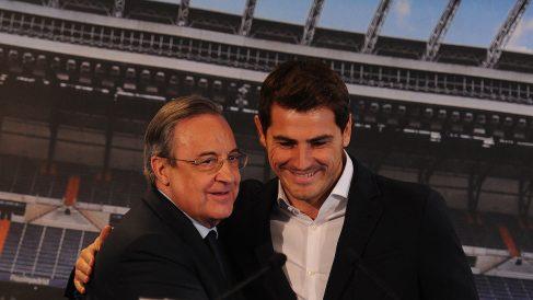 Iker Casillas, junto a Florentino Pérez en 2015. (Getty)