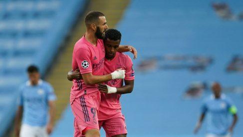 Rodrygo celebra un gol con Benzema. (AFP)