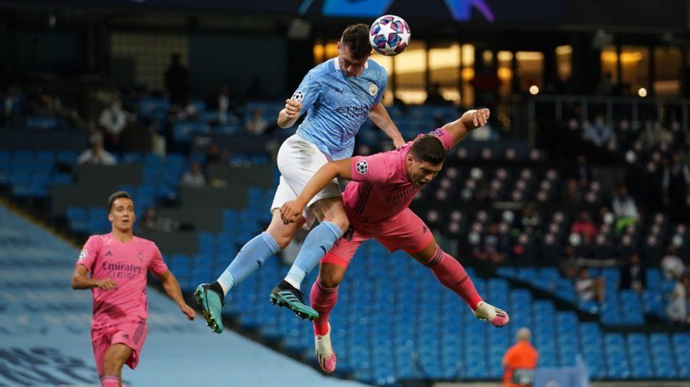 Laporte se impone a Jovic en un salto (AFP).