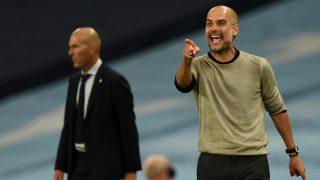 Pep Guardiola da indicaciones durante el Manchester City-Real Madrid. (AFP)