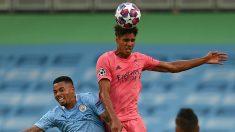 Varane despeja un balón en Manchester. (AFP)