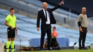 Zinedine Zidane da instrucciones en el Etihad Stadium. (Getty)