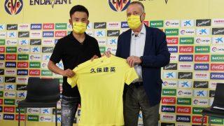Take Kubo, en su presentación con el Villarreal junto a Fernando Roig. (@VillarrealCF)