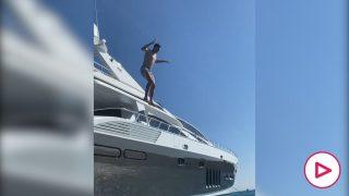 El espectacular salto de Courtois desde su yate de vacaciones