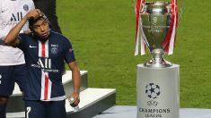 Mbappé se quita la medalla tras perder la final de la Champions. (AFP)
