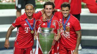Odriozola, junto a Thiago y Coutinho, con el título de Champions League. (AFP)