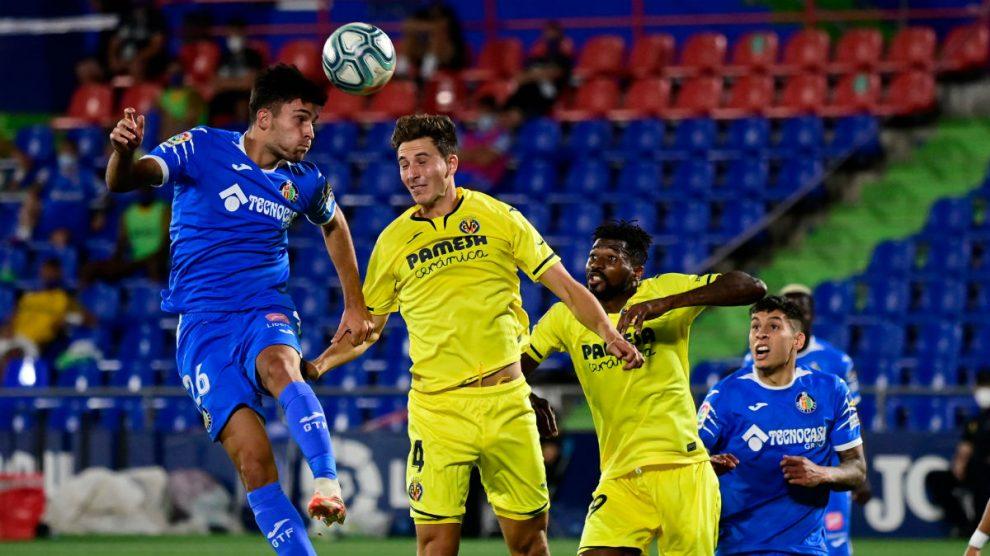 Hugo Duro remata un balón en un partido contra el Villarreal. (AFP)