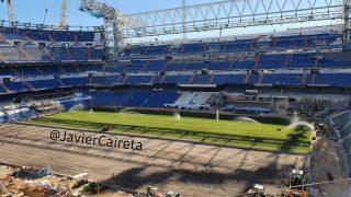 Imagen de la instalación de la mitad del césped del Santiago Bernabéu. (@JavierCaireta)