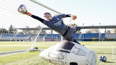 Mario de Luis, durante un entrenamiento con el primer equipo. (Realmadrid.com)