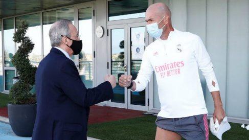 Florentino Pérez saluda a Zidane en Valdebebas. (Realmadrid.com)