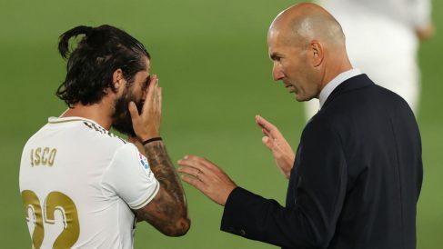 Zidane da instrucciones a Isco en un partido con el Real Madrid. (Getty)