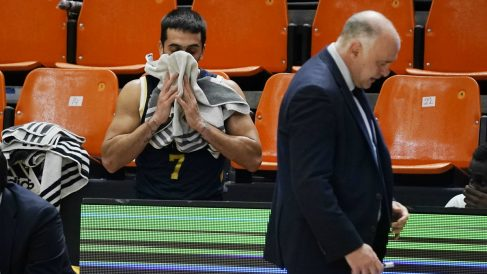 Campazzo y Pablo Laso, tras una derrota del Madrid. (ACB Photo)