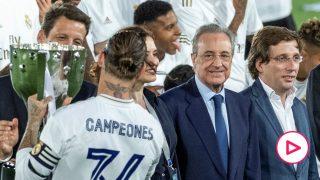 Sergio Ramos levanta el título de Liga del Real Madrid.
