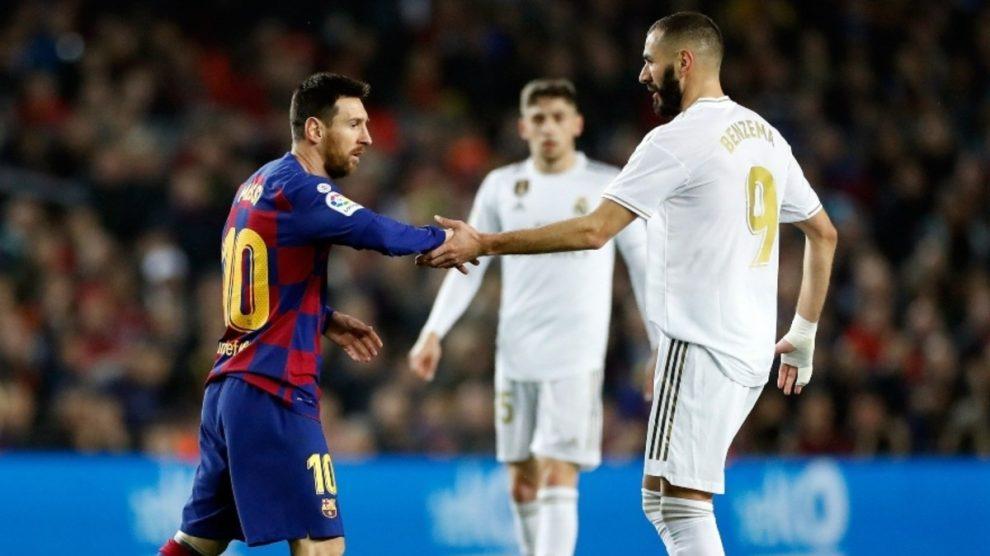 Messi y Benzema se saludan durante el último Clásico (EFE).