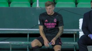 Kroos, en el banquillo tras marcharse lesionado.