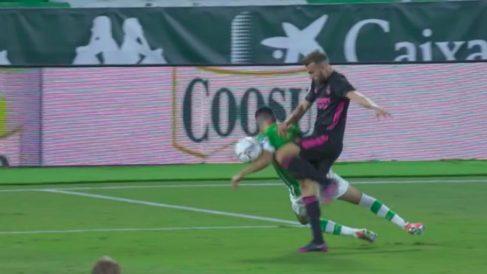 El VAR señaló penalti por esta acción de Morata con Borja Mayoral durante el Betis-Real Madrid.