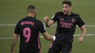 Valverde celebra el tanto del sábado junto a Benzema. (AFP)