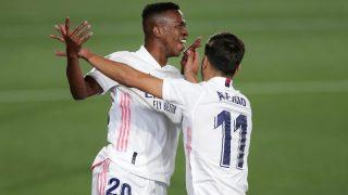 Vinicius celebra su gol ante el Valladolid con Marco Asensio. (AFP)