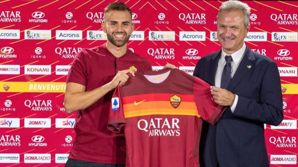 Borja Mayoral posa con la camiseta de la Roma. (asroma.com)