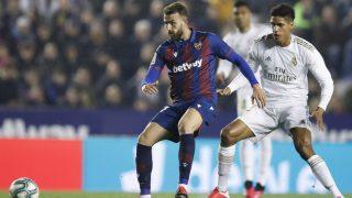Campaña recibe un balón ante el marcaje de Varane en un Levante-Real Madrid. (Getty)