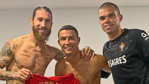 Sergio Ramos, Cristiano y Pepe posan tras el partido de España contra Portugal.