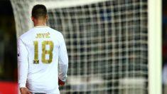 Luka Jovic camina cabizbajo en un partido con el Real Madrid. (Getty)
