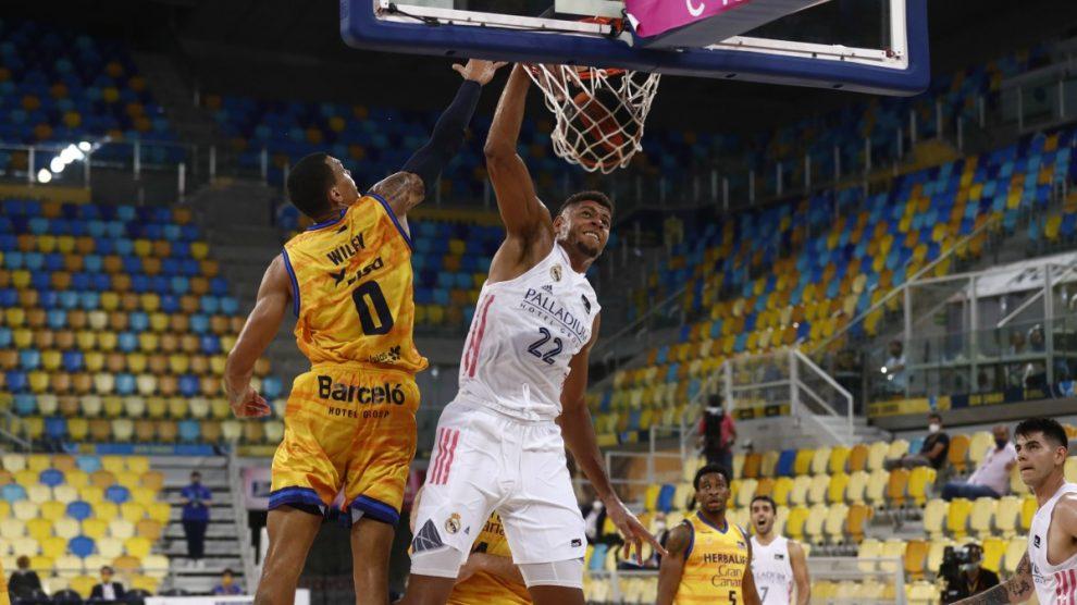 Tavares machaca ante Gran Canaria. (ACB)