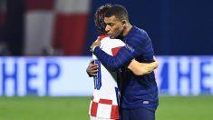 Mbappé y Modric se dan un abrazo a la conclusión del partido. (AFP)