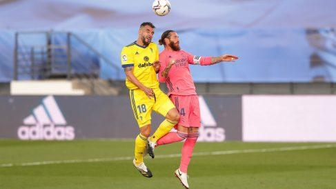 Sergio Ramos pugna por un balón con Negredo. (Getty)